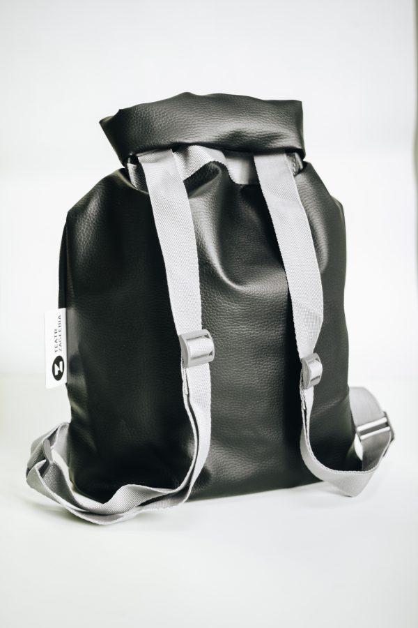 Tył czarnego plecaka o kształcie worka ze sztucznej skóry. Ma szare ramiączka.