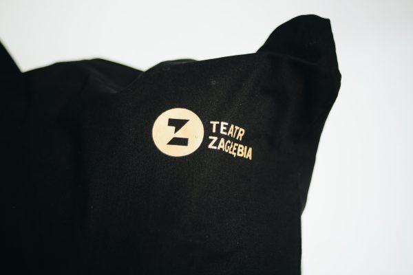 Logo Teatru Zagłębia na czarnej torbie.